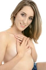 Frau bedeckt nackten Oberkörper
