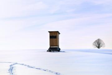 Winterlandschaft mit Hochsitz