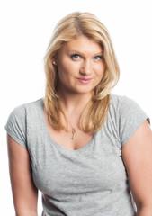 Blonde Frau im T-Shirt