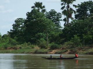 Barcaza de madera en el rio