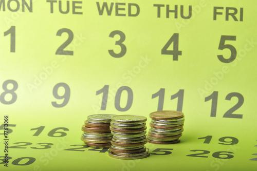 カレンダーを背景に撮影したコイン