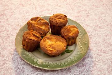 Muffins dans une assiette verte