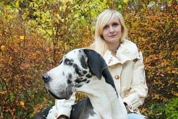 Frau mit Dogge im Park