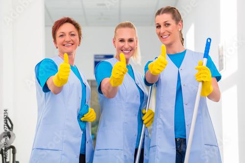 Leinwanddruck Bild Raumpflegerinnen arbeiten im Team