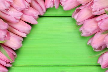 Tulpen Blumen auf Holzbrett zum Frühling oder Muttertag mit Tex