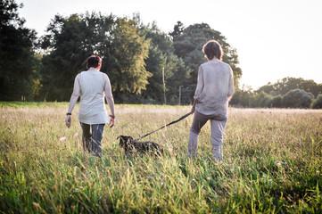 frauen und ein hund