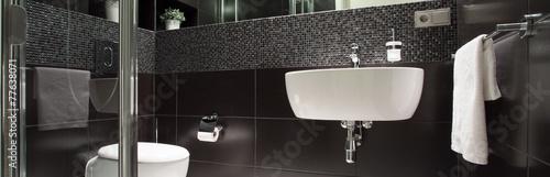 Black and white luxurious bathroom - 77638071