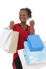 jeune femme noire faisant du shopping