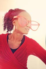 jeune femme noire avec lunettes comiques