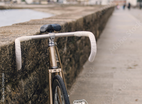 Aluminium Fiets Fixie bike in a boardwalk