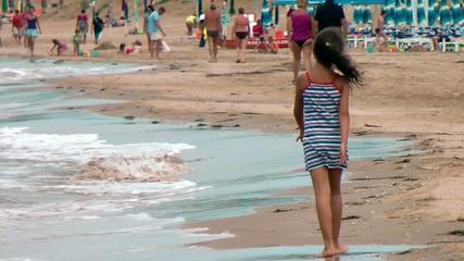 bambina che cammina lungo mare video
