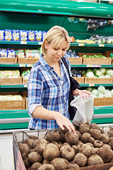 Women buys beets in store