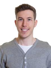 Passfoto eines jungen Mannes im grauen Shirt
