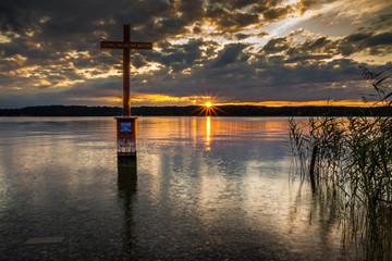 König Ludwig Kreuz am Starnberger See bei Sonnenuntergang
