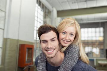 glückliches paar zu hause