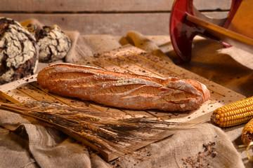 Panes recién horneados en ambiente rústico.