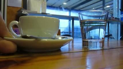 Caffè e acqua servito al tavolo