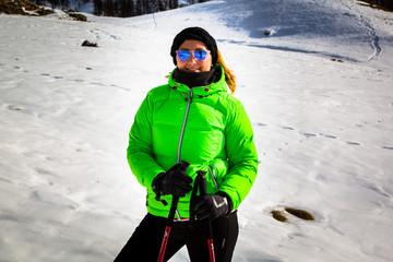 Ragazza in montagna con sci in inverno