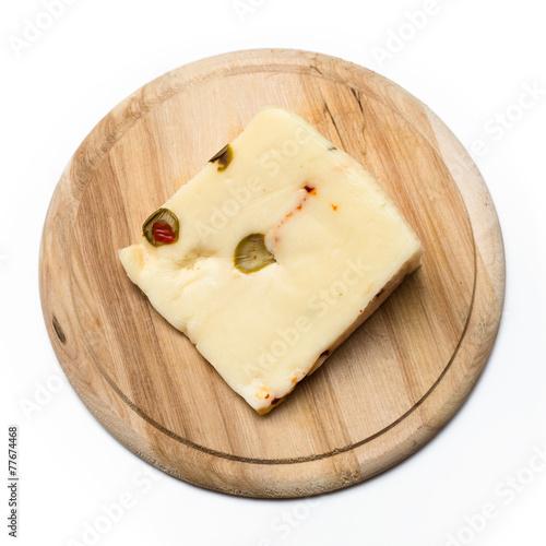 Formaggio canestrato con olive e peperoncino rosso - 77674468