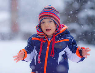 Bimbo gioca sotto la neve
