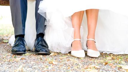 Schuhe eines Brautpaares