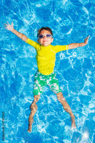 Boy in the pool - 77677269