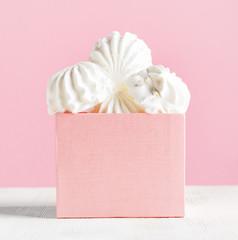White marshmallow dessert in pink box