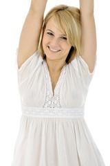 Frau in Nachthemd streckt sich durch