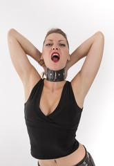 la sensuelle jeune femme au collier de chien