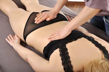 Heilpraktiker behandelt Rücken mit Osteopathie