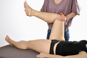 Heilpraktiker behandelt Knie mit Osteopathie