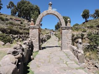 Arco indigena  en Isla Cristina. Los Huros. Lago Titicaca