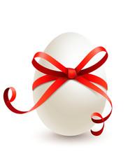 Weißes Osterei mit roter Schleife