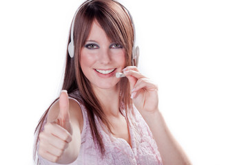 Junge Frau im Callcenter mit Headset hält Daumen hoch