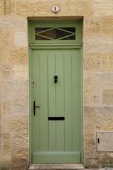Grüne Haus Tür in französischem Dorf
