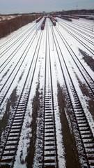 Wagons und Gleise im Schnee