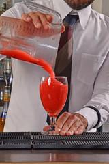 Barman preparando coctel de daiquiri de fresa.