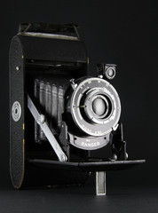 Cámara Fotográfica Antígua aislada en negro
