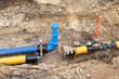 Bauarbeiten an der Gas- und Wasserversorgung in einer Baugrube - 77700086