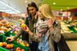 canvas print picture - Junge Frauen kaufen Obst
