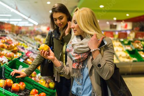 canvas print picture Junge Frauen kaufen Obst