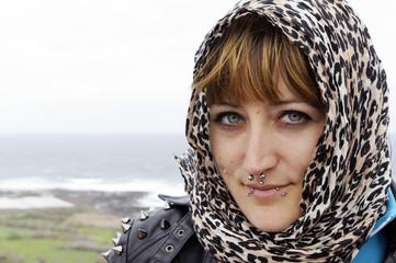 Portrait einer jungen Frau mit Kopftuch