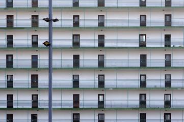 monotone Fassade eines Apartment-Hochhauses