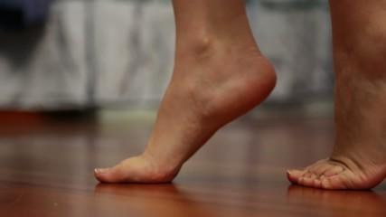 camminare in punta di piedi