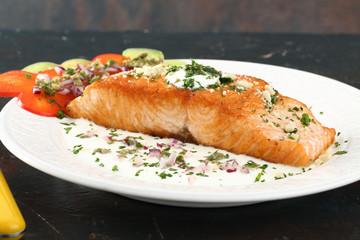 filetto di salmone al forno con crema e verdure