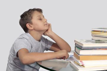 мальчик сидит с мечтательно закрытыми глазами