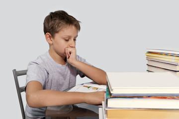 мальчик задумался над домашним заданием