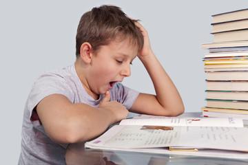 мальчик зевает над домашним заданием