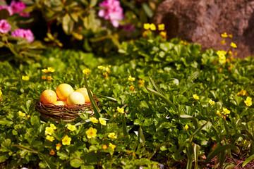Osterkorb in einem Blumenbeet
