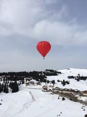 Montgolfiere dans les Alpes